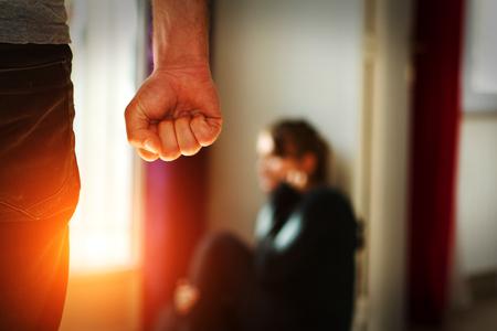 家庭内暴力を示す彼の妻を打つ男