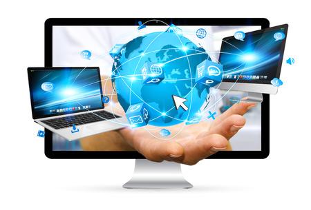Zakenman uit te gaan van een computerscherm met computer telefoon en tablet in zijn hand