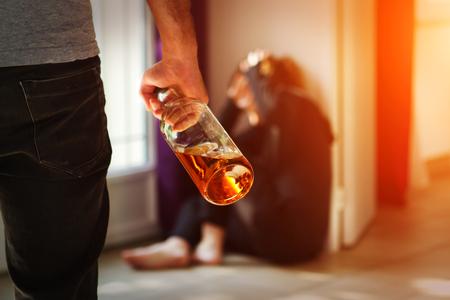 marido y mujer: El hombre golpeando a su esposa que ilustra la violencia dom�stica