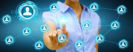 Rührender digitaler Bildschirm der Geschäftsfrau mit Verbindung des Sozialen Netzes