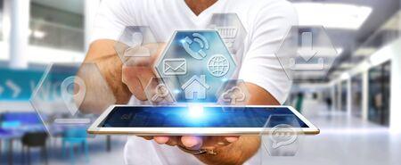 Jeune tablette de maintien de l'homme avec interface icônes d'application dans sa main