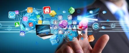 El hombre de negocios que conecta dispositivos de alta tecnología y las aplicaciones del ciberespacio Foto de archivo