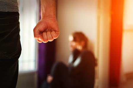 El hombre golpeando a su esposa que ilustra la violencia doméstica Foto de archivo - 52626586