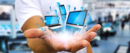 El hombre de negocios con el teléfono dispositivos de tecnología informática y la tableta en la mano
