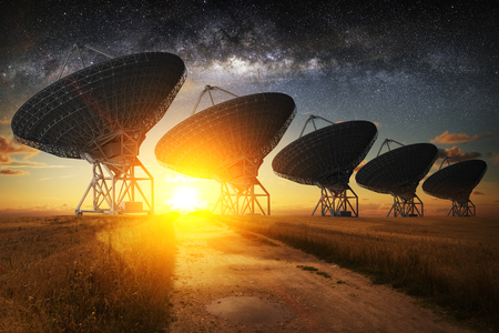 Satélite Vista al plato en la noche con la Vía Láctea en el cielo