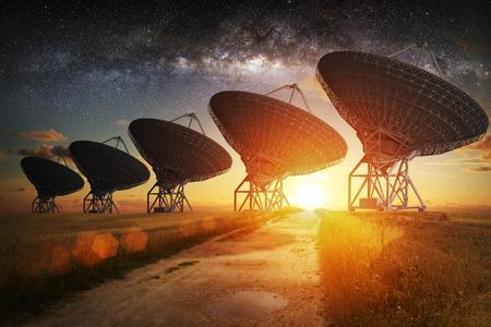 antena parabolica: Satélite Vista al plato en la noche con la Vía Láctea en el cielo