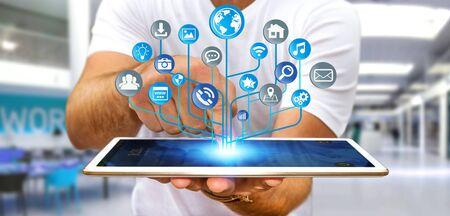hombre de negocios joven que sostiene un circuito electrónico digital moderna con iconos sobre su teléfono móvil Foto de archivo