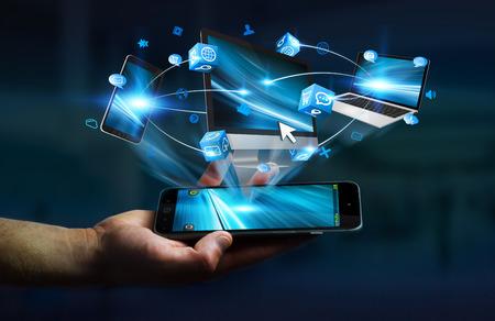 Des appareils technologiques et des applications d'icônes connectés au téléphone portable d'homme d'affaires