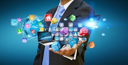 Homme d'affaires connecter des périphériques de haute technologie et les applications du cyberespace