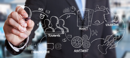 Businessman Zeichnung Manuskript Projektpräsentation mit einem Stift auf unscharfen Hintergrund