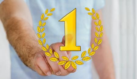 ottimo: Uomo d'affari toccando le icone del trofeo vincitore disegnato a mano con il suo dito