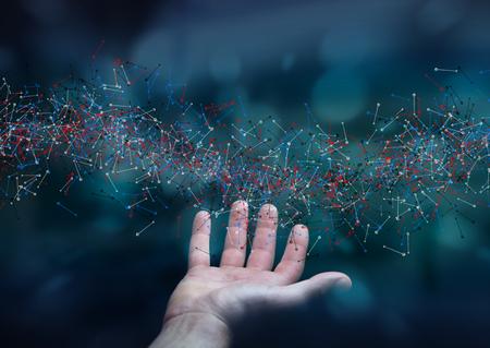 adn: El hombre en el fondo borrosa estructura del ADN que sostiene en su mano