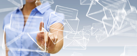 Empresaria en el icono de contacto borrosa manuscrito tocar con el dedo