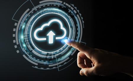 Geschäftsmann auf unscharfen Hintergrund mit digitalen Wolke 3D-Rendering Standard-Bild - 70456393