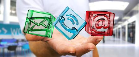 Hombre de negocios en el fondo borroso que sostiene el icono transparente del contacto del cubo en su mano representación 3D