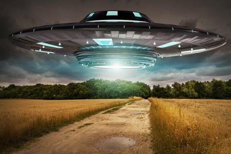 Metalen en zilveren UFO-invasie op planeet aarde landascape 3D-rendering Stockfoto