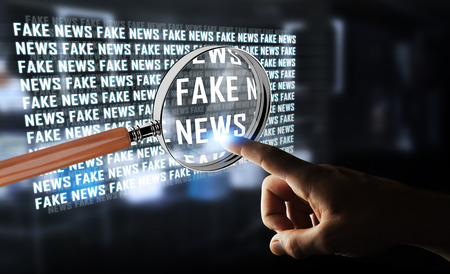 Geschäftsmann auf unscharfen Hintergrund entdecken gefälschte Nachrichten Informationen 3D-Rendering Standard-Bild - 80949508
