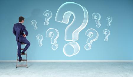 Homme d'affaires dans un intérieur moderne, regarder des croquis de points d'interrogation sur un rendu 3D de mur Banque d'images - 81668775