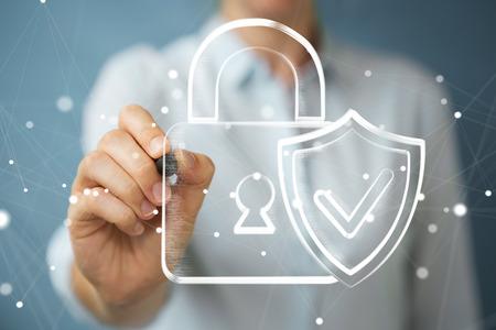 Zakenman die op vage achtergrond een hand-drawn antivirussysteem trekt Stockfoto