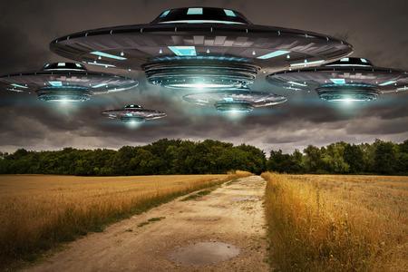 Metall und Silber UFO Invasion auf Planet Erde Stadt 3D-Rendering