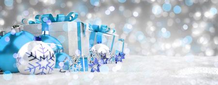 Los regalos y las chucherías de la Navidad azul y blanca se alinearon en la representación nevosa del fondo 3D Foto de archivo - 88241063