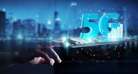 Uomo d'affari su fondo vago facendo uso della rete 5G con la rappresentazione del telefono cellulare 3D Archivio Fotografico - 96641045