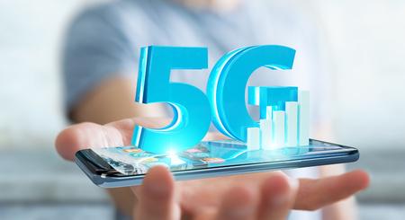 Uomo d'affari su fondo vago facendo uso della rete 5G con la rappresentazione del telefono cellulare 3D Archivio Fotografico - 99901118