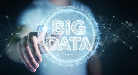 Hombre de negocios en el fondo borroso usando la representación 3D del holograma digital de Big Data