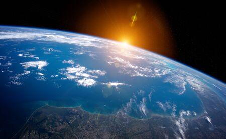 Vista del planeta tierra azul de cerca con la atmósfera durante un amanecer.Elementos de representación 3D de esta imagen proporcionada por la NASA. Foto de archivo