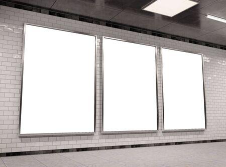 Vertikaler dreifacher A4-Untergrund-Reklametafelrahmen Mockup 3D-Rendering