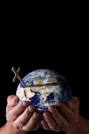 cruz religiosa: Concepto religioso.  Las manos de Dios, sosteniendo el mundo con cruzan sobre fondo negro aislado. Imagen de tierra cortes�a de NASA. Foto de archivo