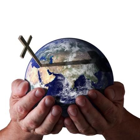 cruz religiosa: Las manos sosteniendo el mundo con cruzan sobre fondo negro aislado. Concepto religioso. Imagen de tierra cortes�a de NASA.