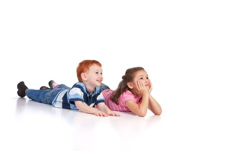 두 아이 바닥에 거짓말을 하 고 뭔가보고합니다. 격리 된 배경, 반사 전경입니다.