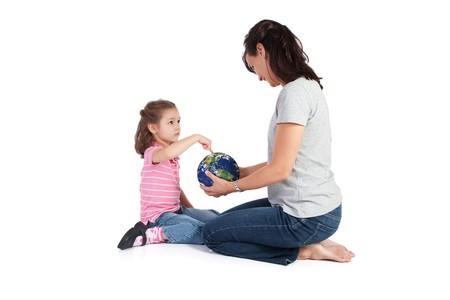 ragazza che indica: Ragazza che punta al globo e sua madre domande circa il mondo. Isolated on white.  Archivio Fotografico