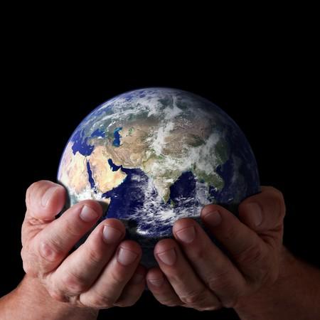 mano de dios: Manos sosteniendo el mundo con Oriente aislado en negro. Imagen de tierra cortes�a de NASA.  Foto de archivo