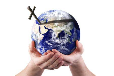 cruz religiosa: Las manos sosteniendo el mundo con cruzan. Aislados en blanco. Concepto religioso. Imagen de tierra cortes�a de NASA.  Foto de archivo