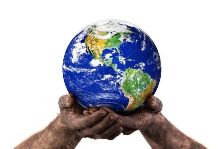 Mains sales tenant du monde. Isolé sur fond blanc. Image de la terre avec la permission de la NASA.