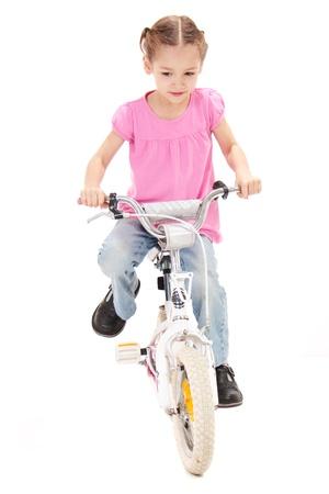 ni�os en bicicleta: Bicicleta de equitaci�n de la ni�a. Aislados en blanco