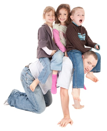 굽힘: Kids riding on dads back. Isolated on white.