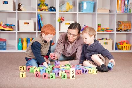 Jouant mère bloque les jeux avec les garçons Banque d'images