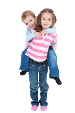 Girl boy transportant sur dos. Isolé sur fond blanc Banque d'images