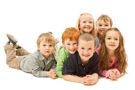 Groupe de six enfants portant sur KDIS autres sur le plancher ensemble isolé sur fond blanc Banque d'images