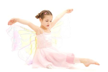 Petite fille habillée en costume de ballerine papillon isolé sur blanc