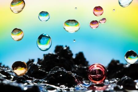 kwaśne deszcze: Closeup tęczy kolorowe krople deszczu uderzając ziemię