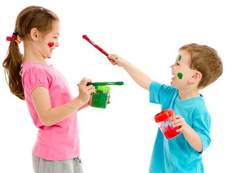 Niños Pintando Obras De Arte En Vidrio Aislado En Blanco Fotos ...
