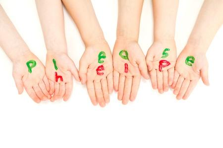 Niños ayudando: Manos de los niños que mendigan y pintado con las palabras por favor ayuda