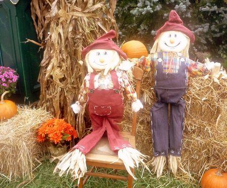 espantapajaros: Decoraci�n de Halloween con espantap�jaros Foto de archivo