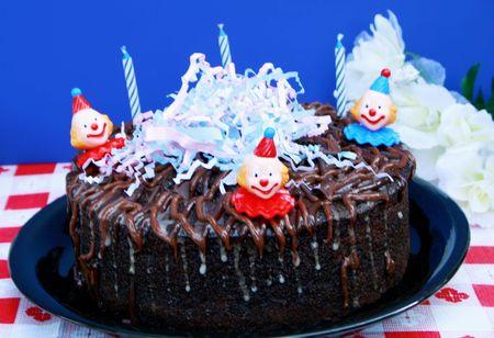 Pastel de cumplea�os de chocolate con decoraciones y velas Foto de archivo - 5431874