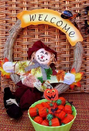 welcome sign: Bol de ma�s candy avec �pouvantail et signe de bienvenue