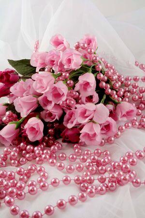 Roses roses et perles sur la dentelle blanche Banque d'images - 9881538
